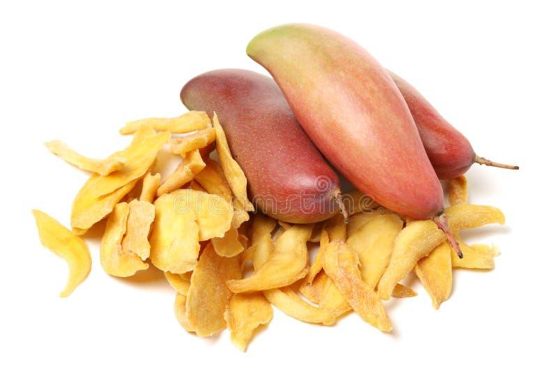 新黄色芒果和切片干芒果 免版税库存照片