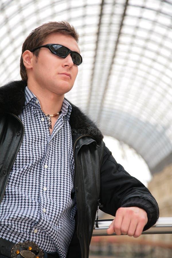 新黑色夹克人的太阳镜 免版税图库摄影