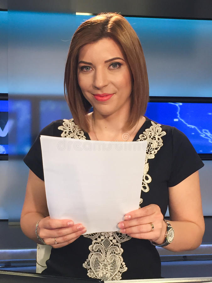 新闻书桌的电视记者 免版税库存照片