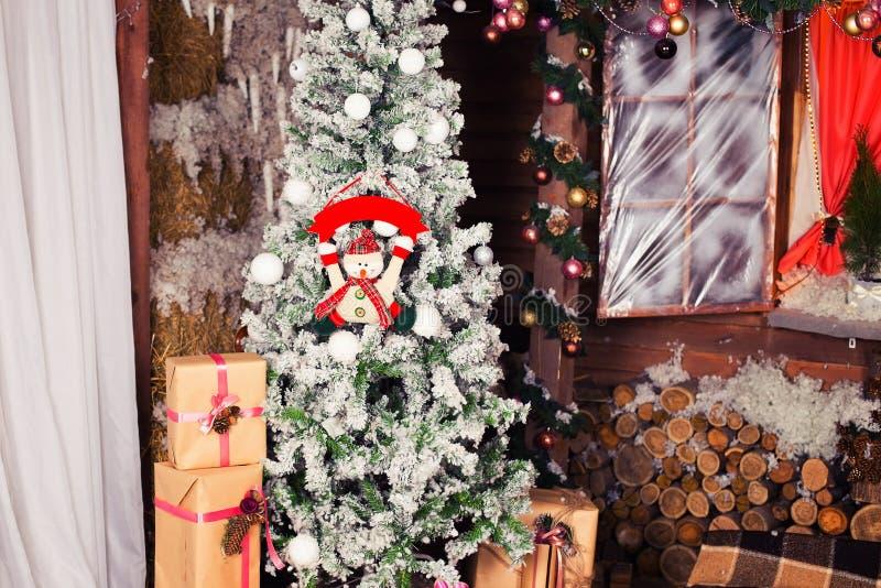 新年和圣诞树在木房子附近和 库存图片