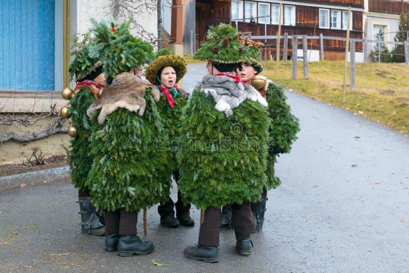 新年哑剧演员( Silvesterchlausen)在Urnasch,阿彭策尔 库存图片
