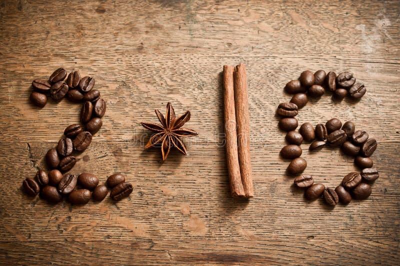 新年好卡片2016年用咖啡豆、茴香和桂香 库存图片