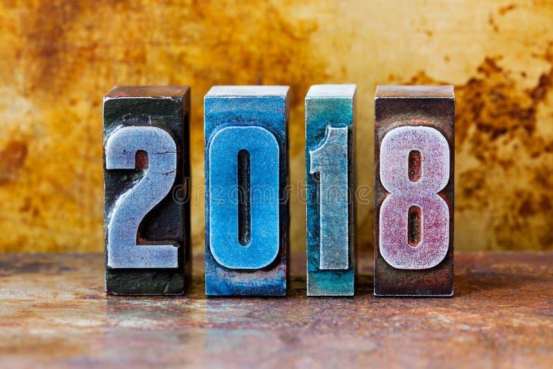 2018新年好明信片 五颜六色的活版数字标志寒假 创造性的减速火箭的样式设计xmas 免版税库存图片