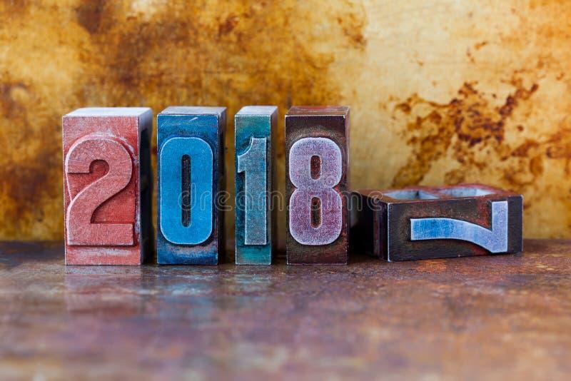 2018新年好明信片 五颜六色的活版数字标志寒假 创造性的减速火箭的样式设计xmas 免版税库存照片