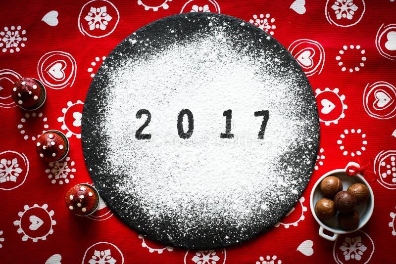 2017新年好桌用糖和巧克力 免版税库存照片