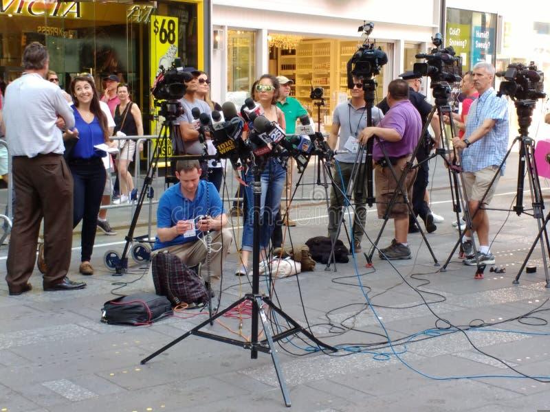 新闻媒体在时代广场, NYC,美国等候一次新闻招待会 免版税库存图片