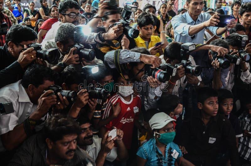 新闻工作者和摄影师与彼此竞争,当报道事件时 免版税库存图片