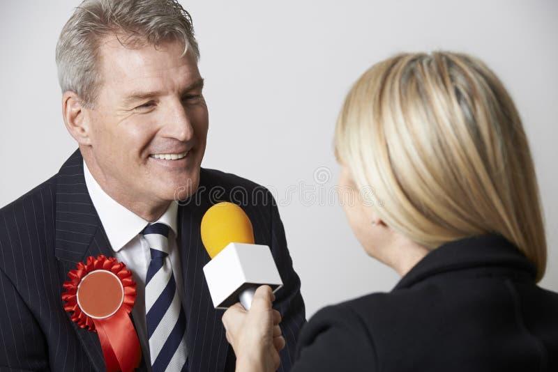 新闻工作者被采访的政客在竞选时 免版税库存图片