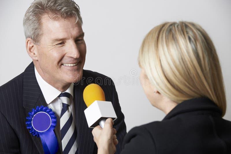 新闻工作者被采访的政客在竞选时 库存图片