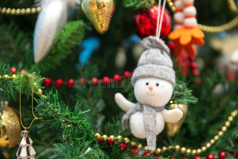 新年度 在一棵欢乐圣诞树的雪人 库存图片