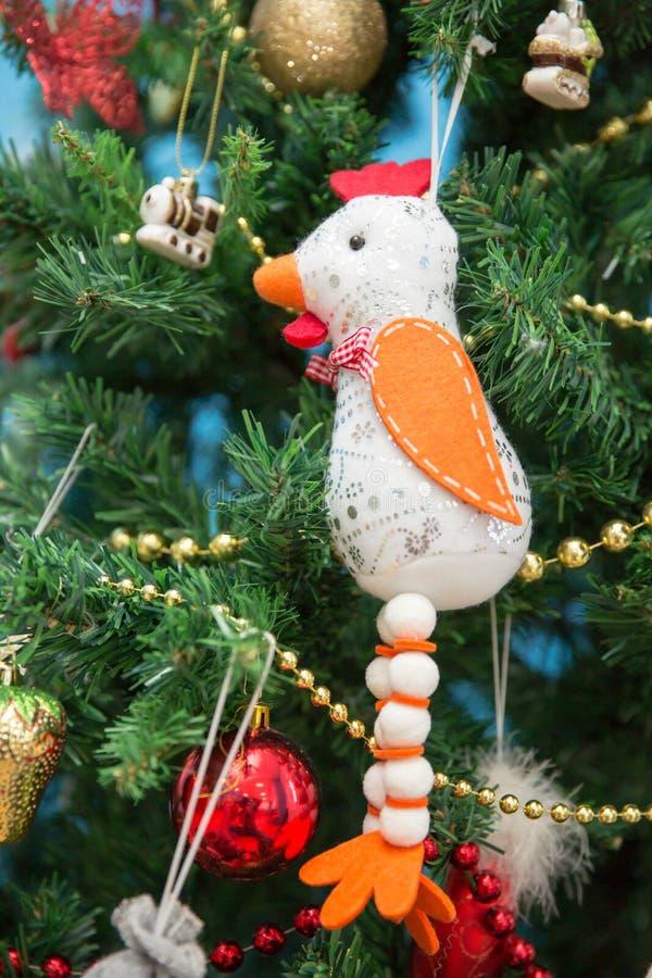 新年度 在假日树的公鸡 免版税库存照片