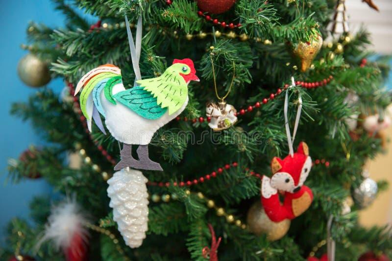 新年度 Fox和公鸡在一棵欢乐圣诞树 库存照片