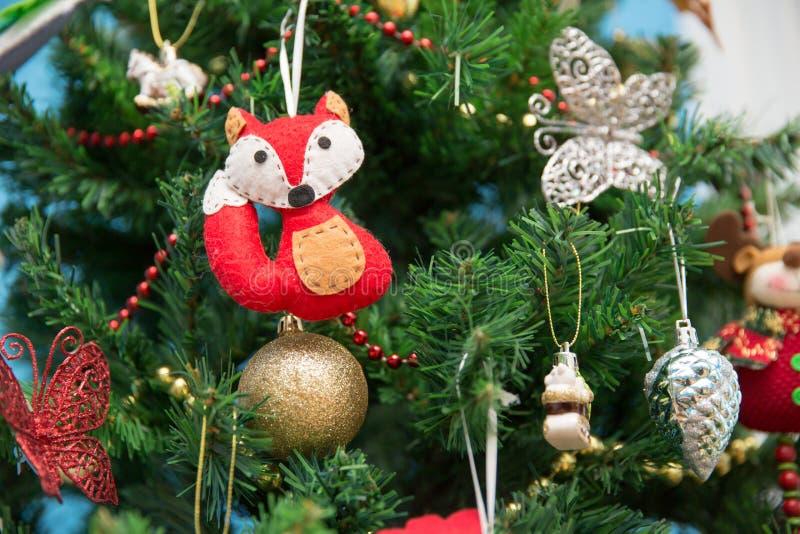 新年度 Fox和蝴蝶在一棵欢乐圣诞树 库存照片
