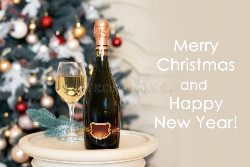 新年快乐卡片用白葡萄酒或香槟在圣诞节设置 装饰节假日美好的主题冬天 图库摄影