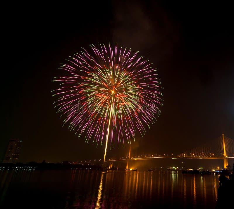 新年快乐烟花夜场面,曼谷都市风景河vi 免版税库存照片