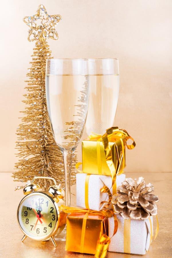 Download 新年构成用香槟和礼物在金背景 库存图片. 图片 包括有 节假日, 玻璃, 结构树, 主题, 金子, 圣诞节 - 62537989