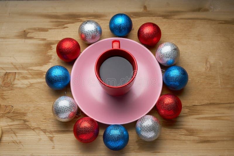 Download 新年的玩具和咖啡在木桌上 库存照片. 图片 包括有 咖啡, 背包, 红色, 照亮, 的treadled, 杯子 - 62530374