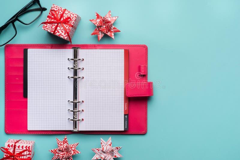 新年笔记和空白的五颜六色的纸笔记本在深蓝蓝色背景,新年决议概念 库存照片