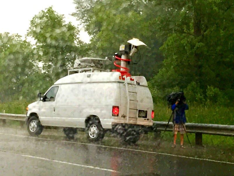 新闻记者封面故事在雨中 库存照片