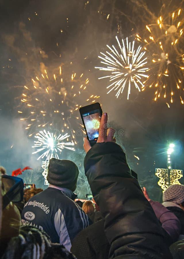 新年` s烟花在贝尔格莱德 妇女巧妙射击的烟花 免版税图库摄影