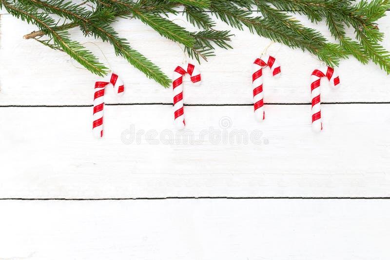 新年` s玩具棒棒糖在圣诞树垂悬 嘲笑 库存图片