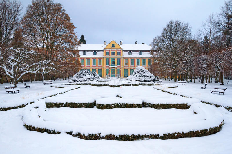 方丈的宫殿斯诺伊风景在Oliwa 免版税库存照片