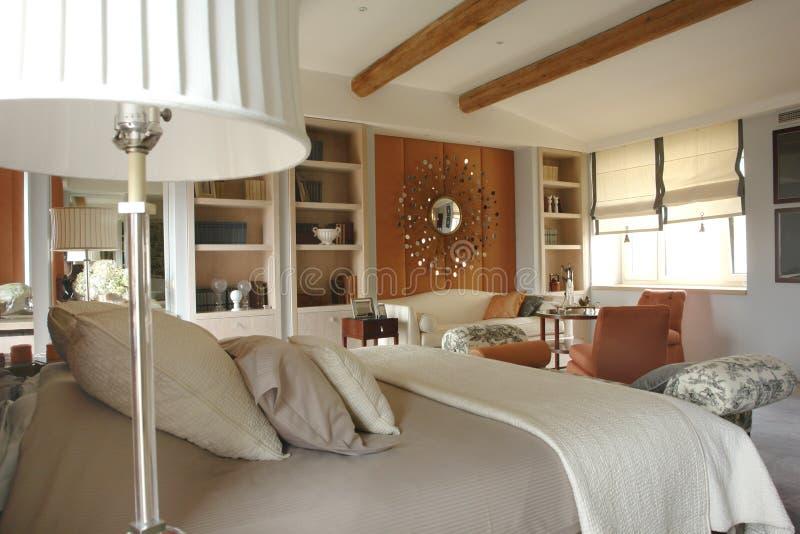 方便美丽的卧室 免版税库存图片