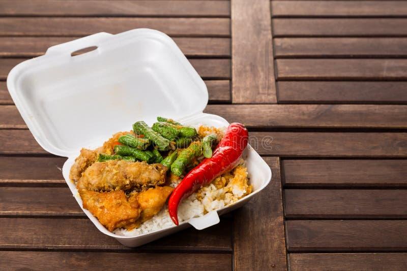 方便,但是不健康的多苯乙烯午餐盒与拿走 免版税库存图片