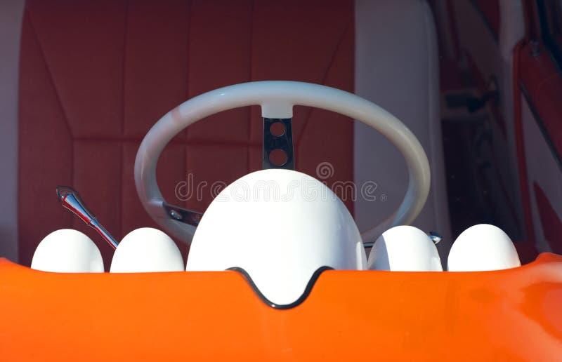 方向盘、控制台和明亮的橙色仪表板,美国经典汽车 库存图片