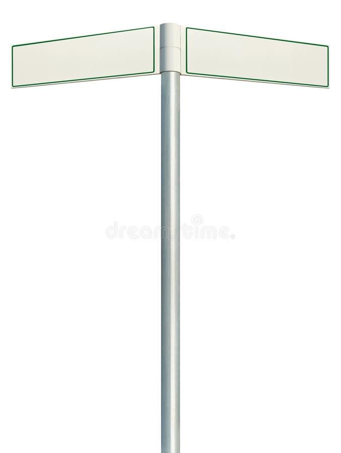方向路标,两空的空白的路标标志,被隔绝的定向路旁路标尖白色拷贝空间,绿化 免版税库存照片