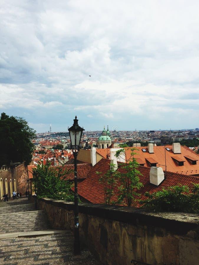 方式下来从布拉格城堡 免版税库存照片