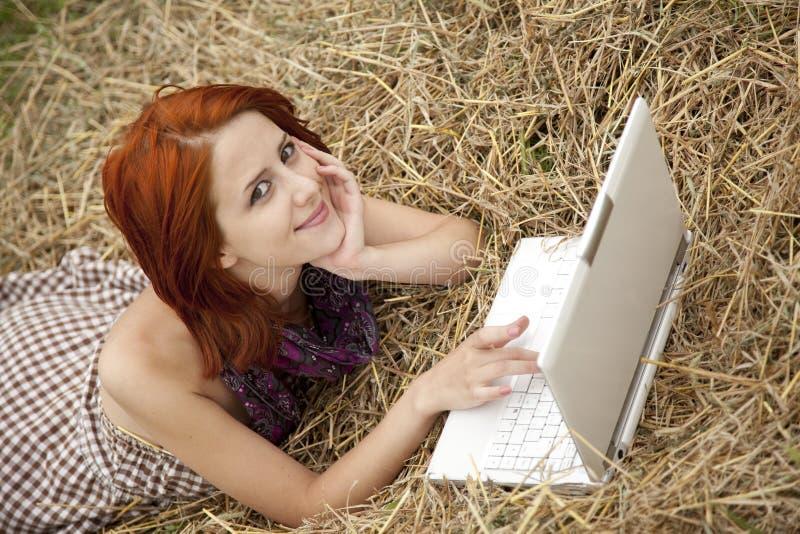 方式域女孩位于的笔记本年轻人 库存图片