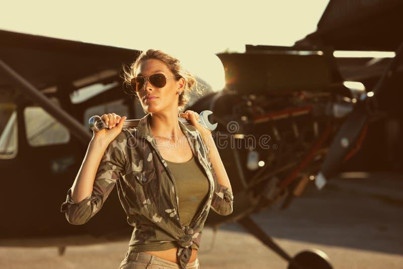 方式女性飞机机械员 免版税库存照片
