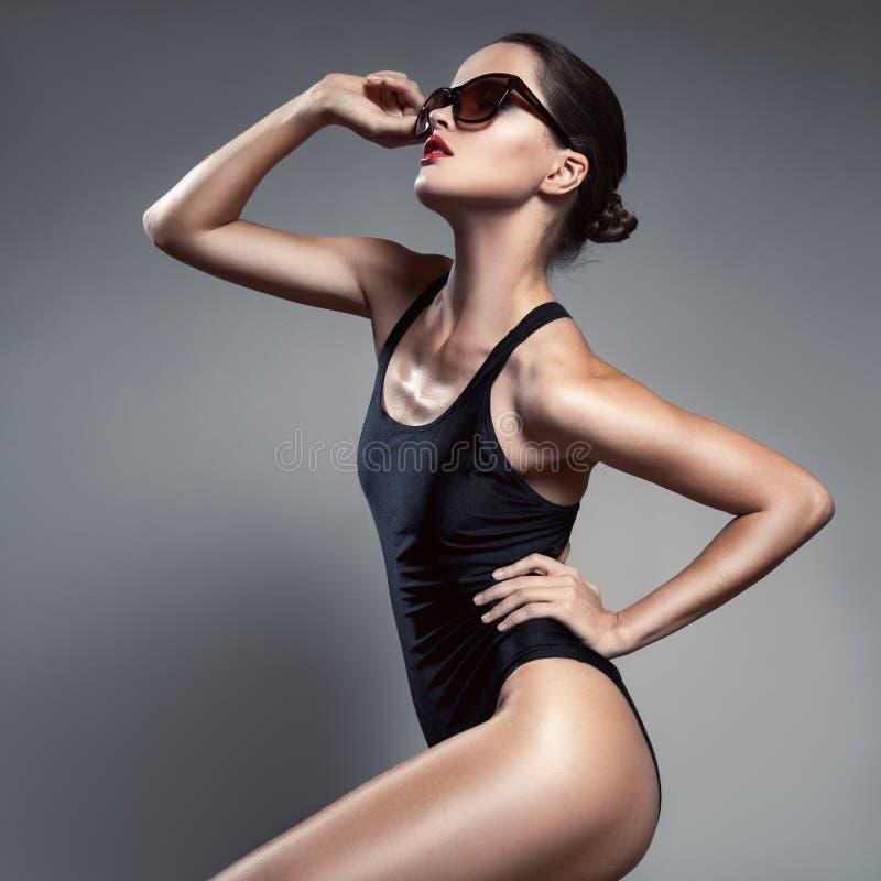 方式妇女 比基尼泳装和太阳镜 免版税库存图片