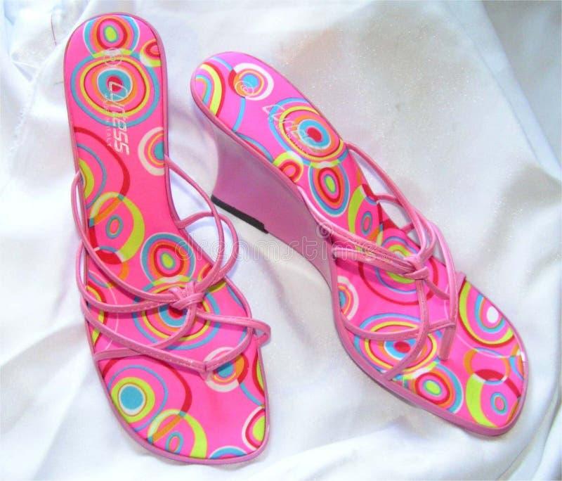 方式桃红色凉鞋楔子 免版税图库摄影
