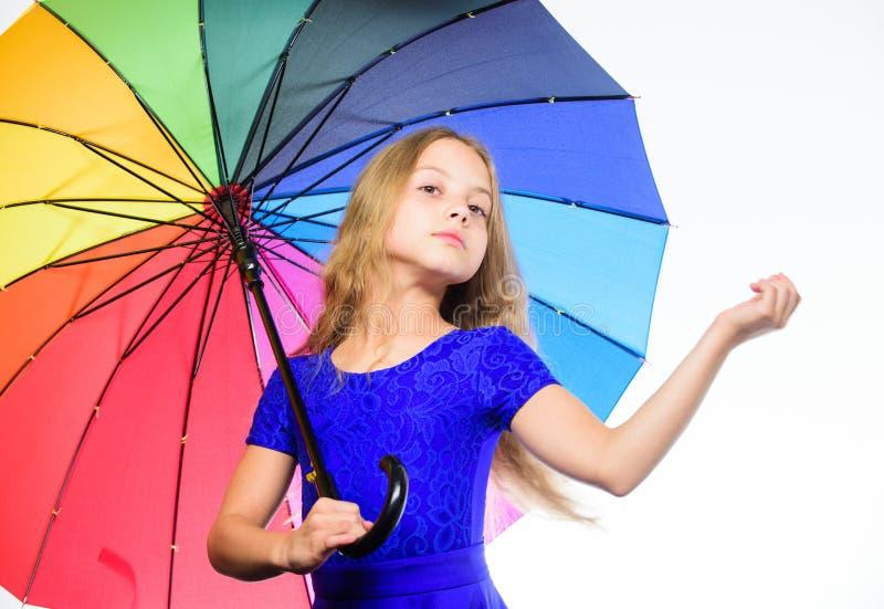 方式照亮您的秋天心情 快乐的心情的五颜六色的辅助部件 女孩儿童长的头发准备好集会秋天天气与 库存照片