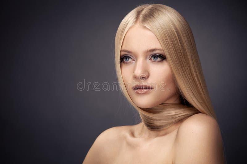 方式白肤金发的女孩。 健康头发 免版税库存照片