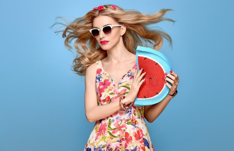 方式秀丽 肉欲的白肤金发的模型 夏天成套装备 免版税库存照片