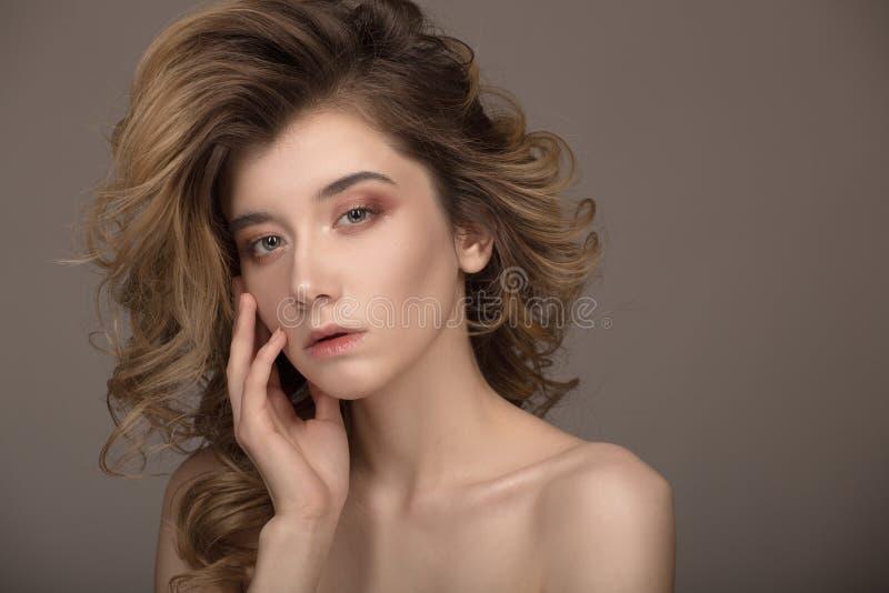 方式纵向妇女 卷曲美丽的头发和构成 免版税库存图片