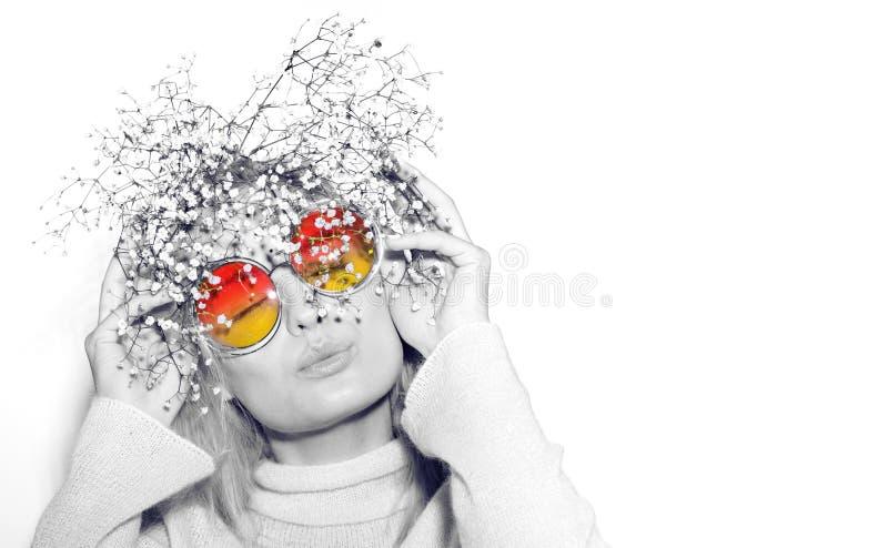 方式纵向妇女 太阳镜Hippi头发 免版税库存图片