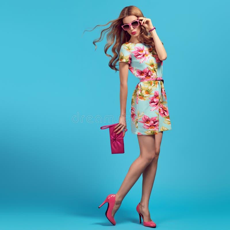 方式 时尚姿势的白肤金发的妇女 桃红色脚跟 库存照片