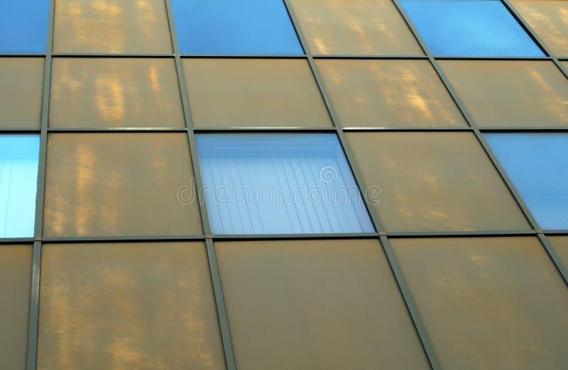 方形大厦墙壁金属和玻璃透视门面 图库摄影