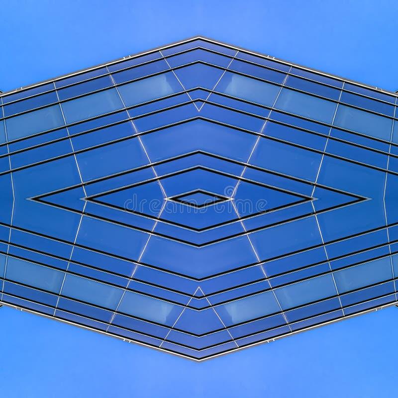 方形的办公楼的窗口的框架大照片 皇族释放例证
