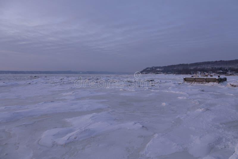 方形的平台大阳台和长凳蓝色小时早晨冬天视图在离海岸的附近在圣劳伦斯河 免版税库存图片