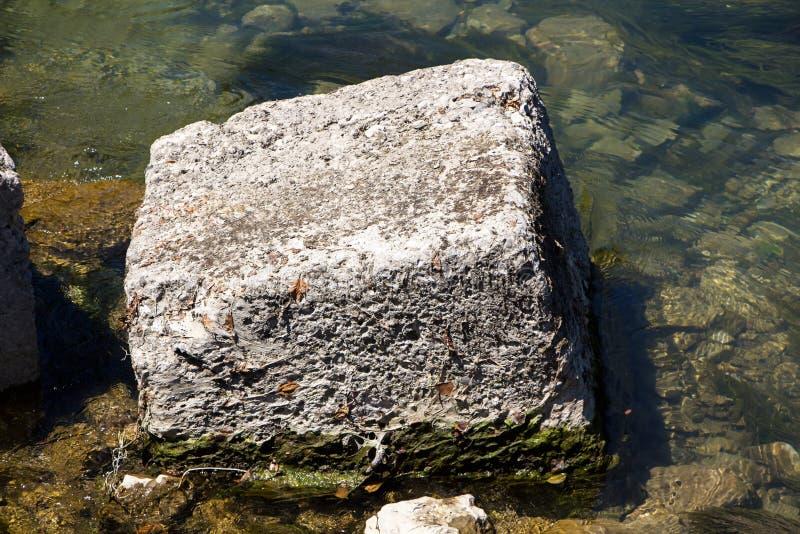 方形的石头照片在水中的 库存照片