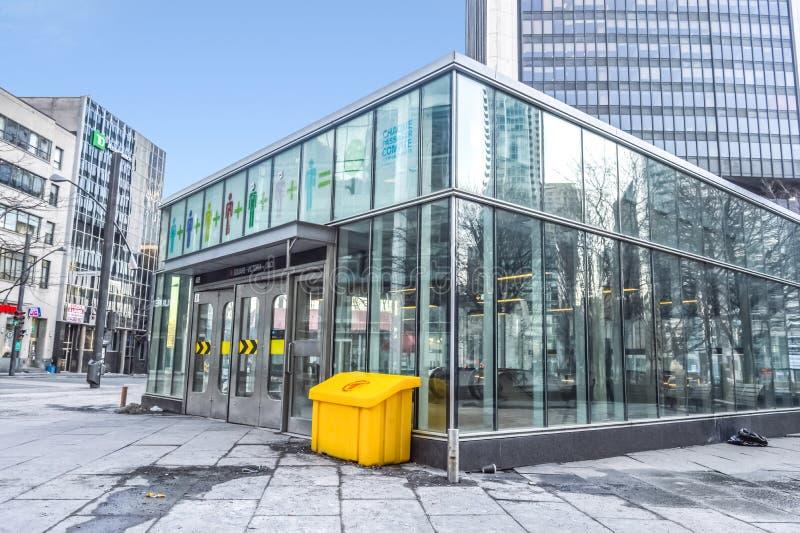 方形的维多利亚地铁站入口 免版税库存图片