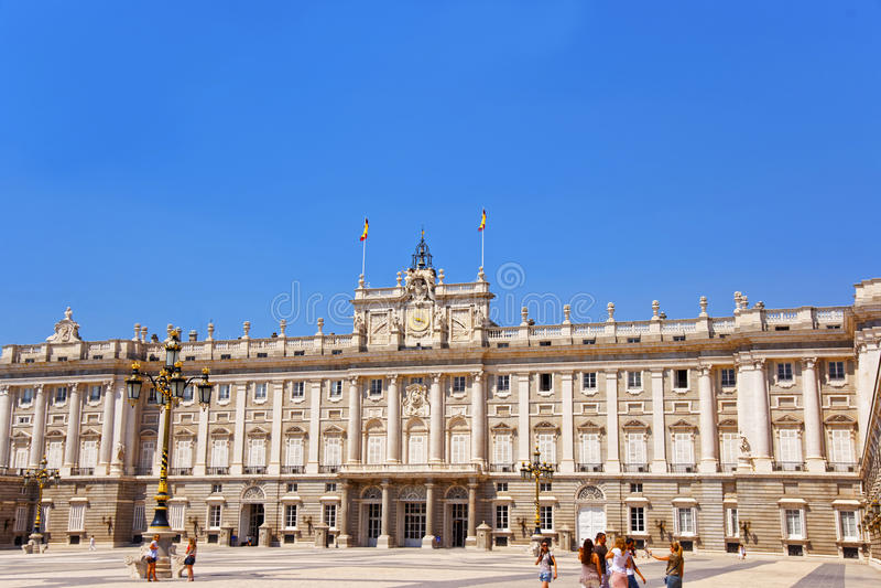 方形的近的王宫的人们在马德里,西班牙 免版税库存图片