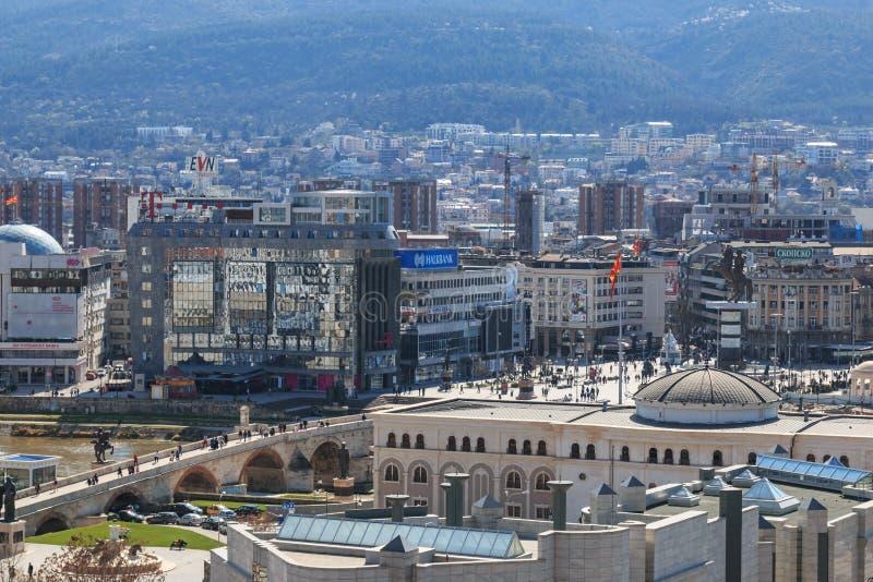 方形的马其顿报和石桥梁视图从老堡垒 免版税库存图片