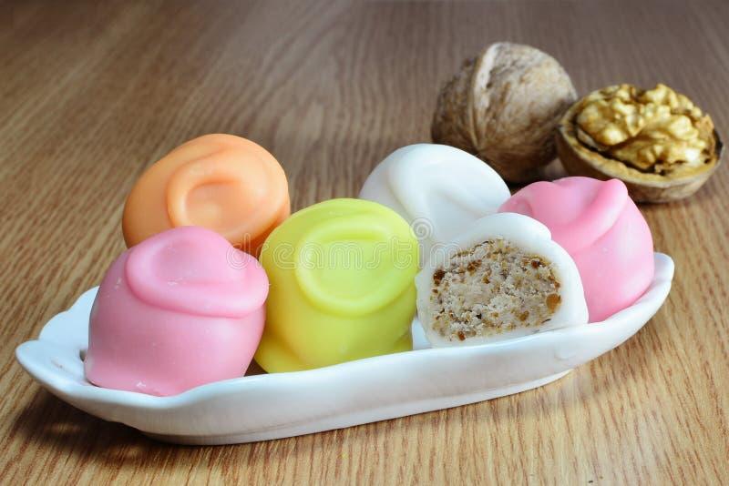 方旦糖与乳脂状的坚果的被涂上的糖果填装了中心 免版税库存图片
