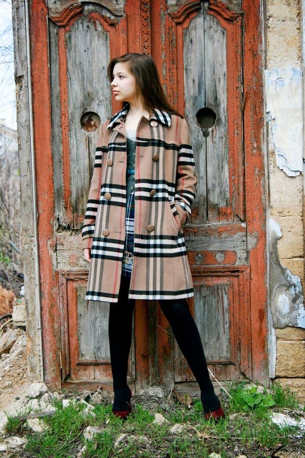 方格的外套女孩年轻人 免版税库存图片
